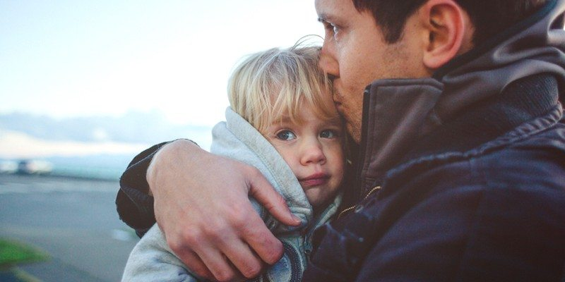 elitedaily-rob-and-julia-campbell-father-holds-daughter-800x400