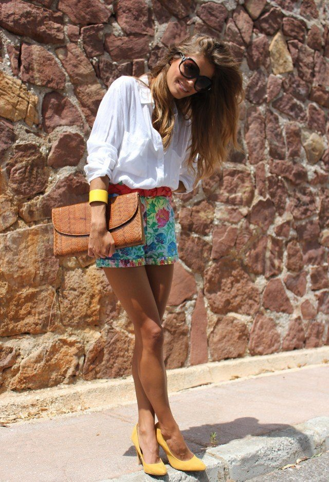 Trendy-Outfit-Idea-with-Floral-Printed-Shorts