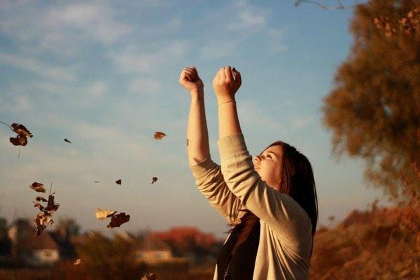 favim-com-autumn-girl-leaves-260751