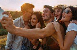 800x400-group-of-friends-taking-selfie