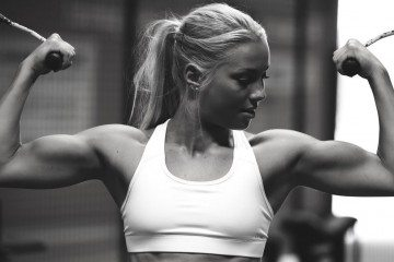 wallpaper-fitness-girl-training-in-gym