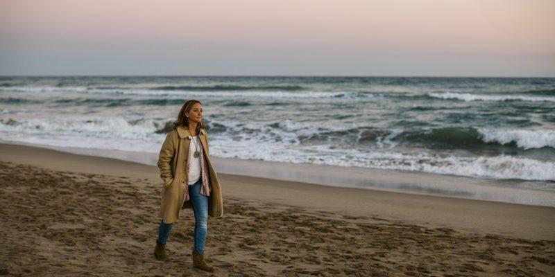 800x400-woman-walks-alone-beach-1